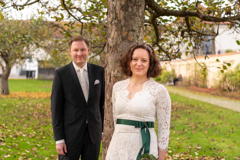 Das Brautpaar posiert für das Hochzeitsfoto